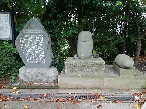 驚神社力石